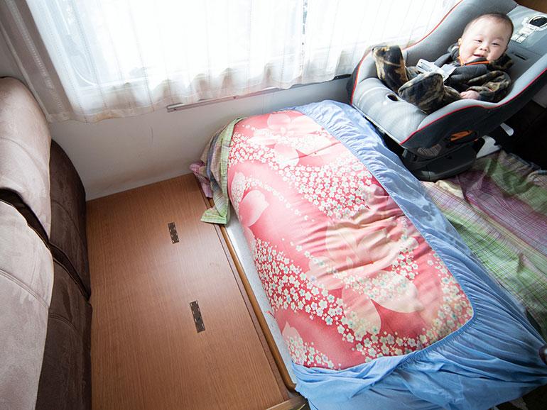 ダイニングベッドに布団が敷かれている様子