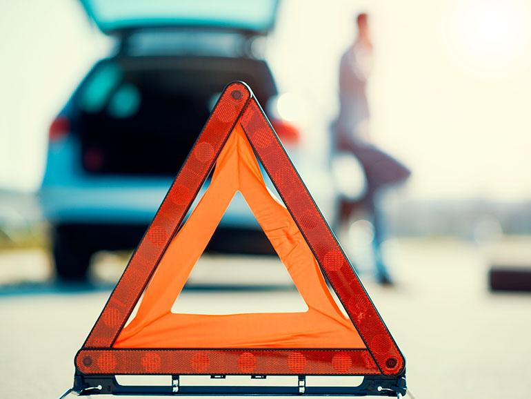 道路に置かれた三角表示板
