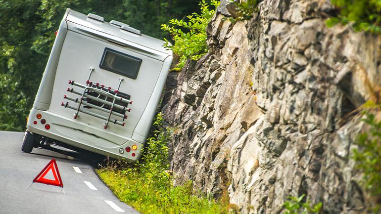道路の溝にタイヤが落ちたキャンピングカー
