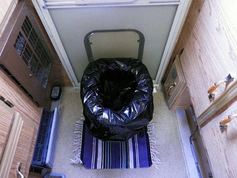 椅子型の簡易トイレ2