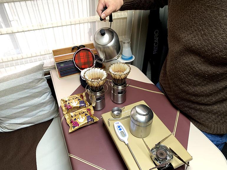 コーヒーをハンドドリップで淹れている風景