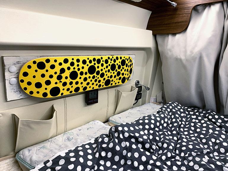 キャンピングカーのベッドサイドに飾られたアート