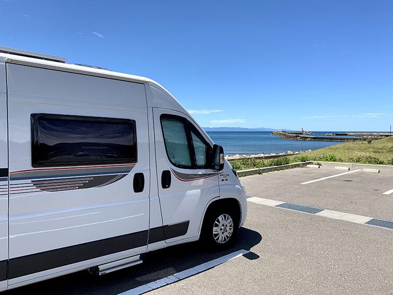 海沿いの駐車場に停められたキャンピングカー