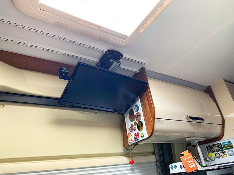 吊り下げで設置されたテレビ