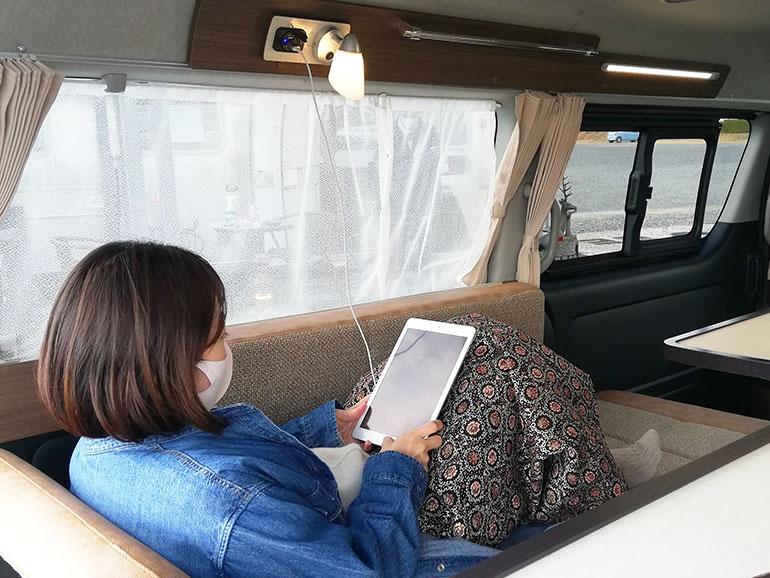 車内のシートをリクライニングしてくつろぐ女性