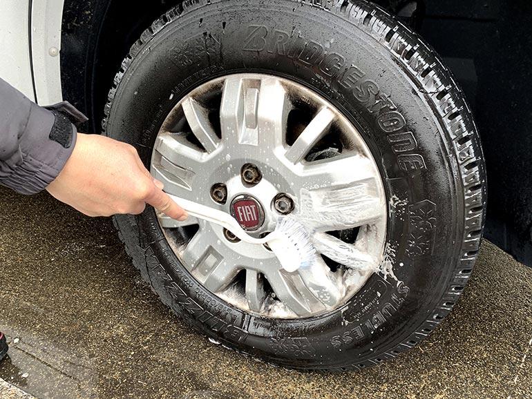 タイヤ ブラシでみがく