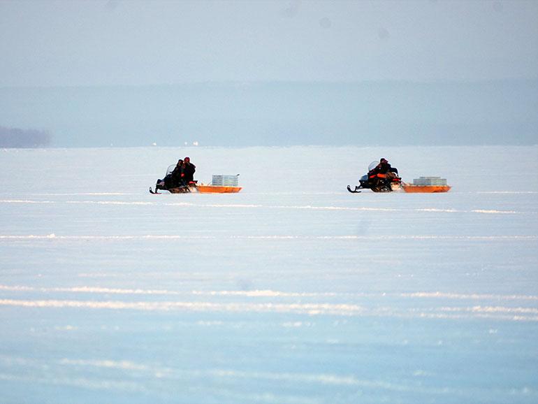 氷下待網漁の漁風景