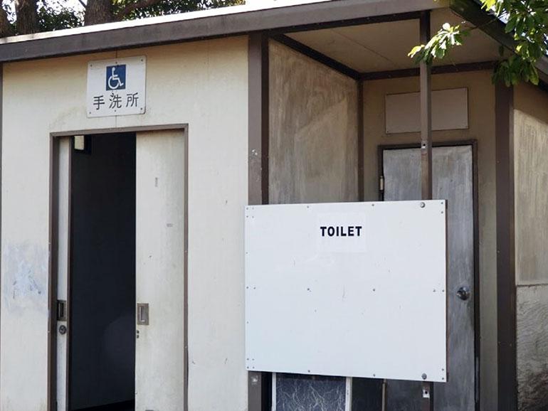 外の公衆トイレ