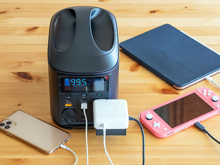 ELECAENTA(エレカンタ)「S600W」で複数のデバイスを充電している