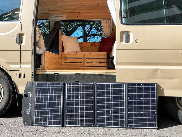 ELECAENTA(エレカンタ)S600W」にソーラーパネルを繋いだ様子