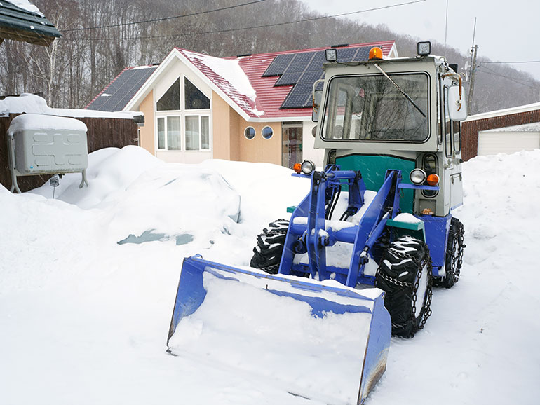 雪の中のホイルローダー
