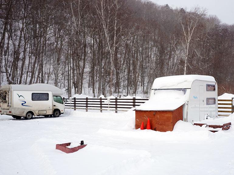 雪一面のRVパーク「知床清里町ウエネウサルみどり」の敷地