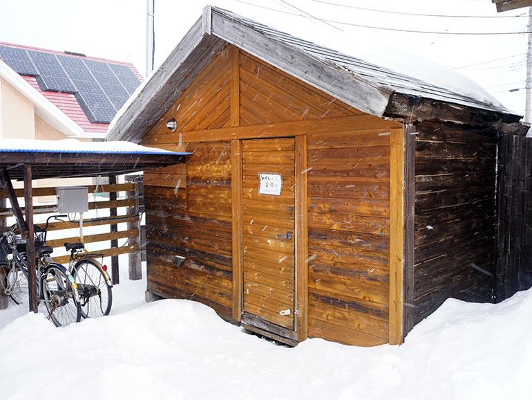 RVパーク「知床清里町ウエネウサルみどり」のトイレなどのある小屋
