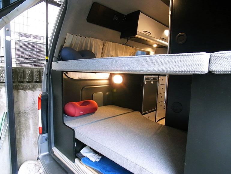キャンピングカーのリアの常設二段ベッド