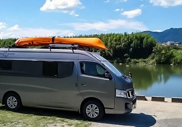 ルーフキャリアにカヌーを載せたGT NV350 CARAVAN