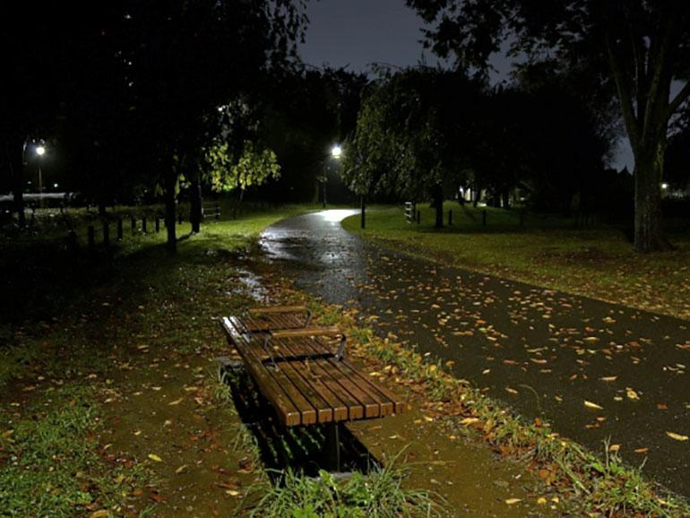 雨の降る夜の公園