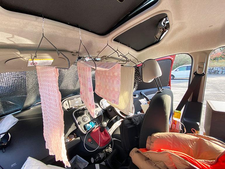 洗濯物を干した車内