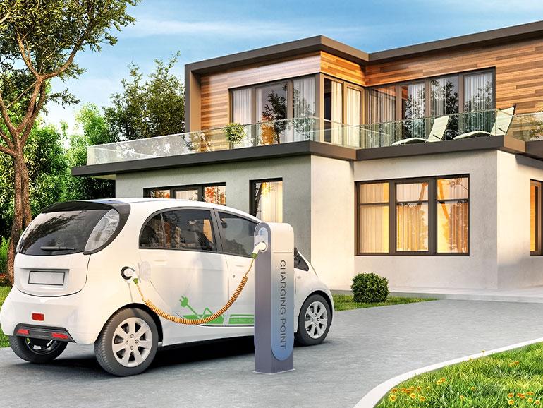 家の前で電気自動車を充電している
