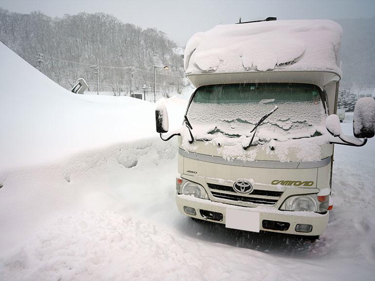 北海道の雪道の中のキャンピングカー