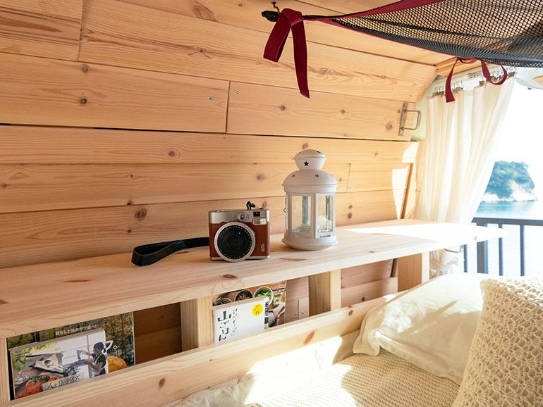 バンのベッドサイドの収納
