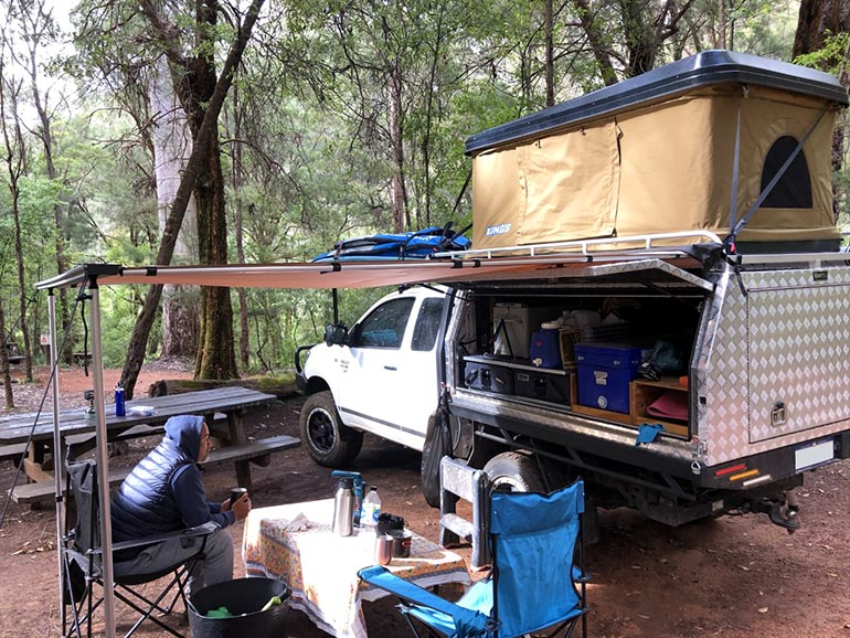 キャンプスポットでルーフテントを展開