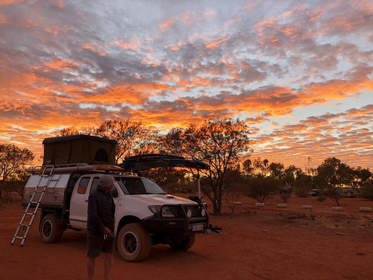 夕陽をバッグにキャンプ