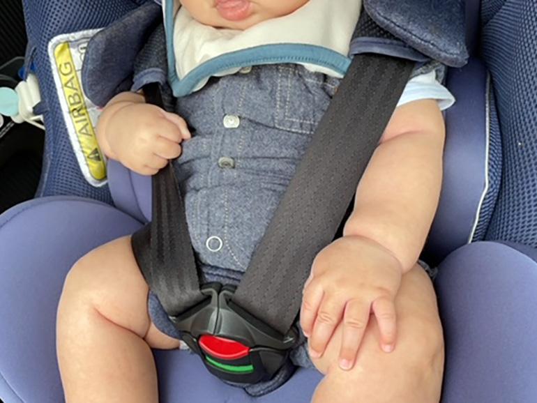 赤ちゃんがチャイルドシートで座っている