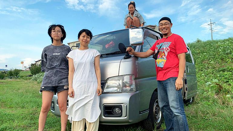 家族と車一緒に記念撮影