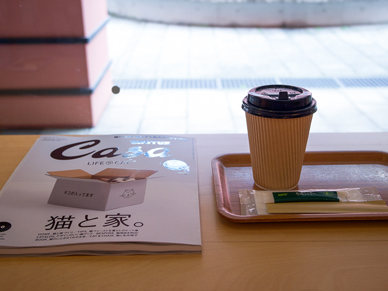 滞在先のカフェでリラックス