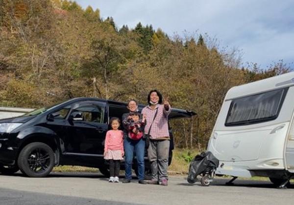 家族と車で記念撮影