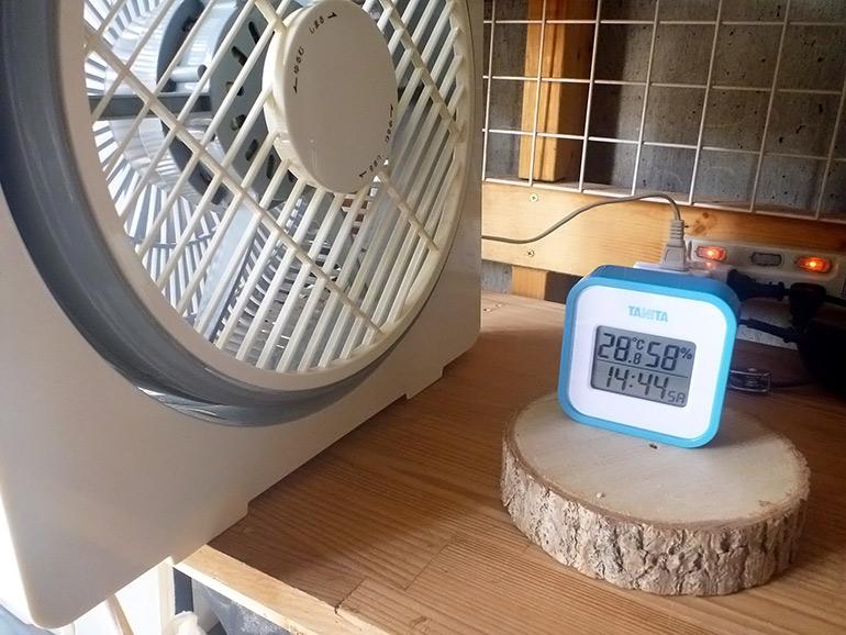 涼しくなる工夫扇風機前に温度計