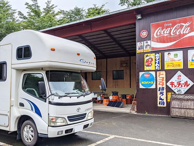 昭和レトロな店前の駐車場