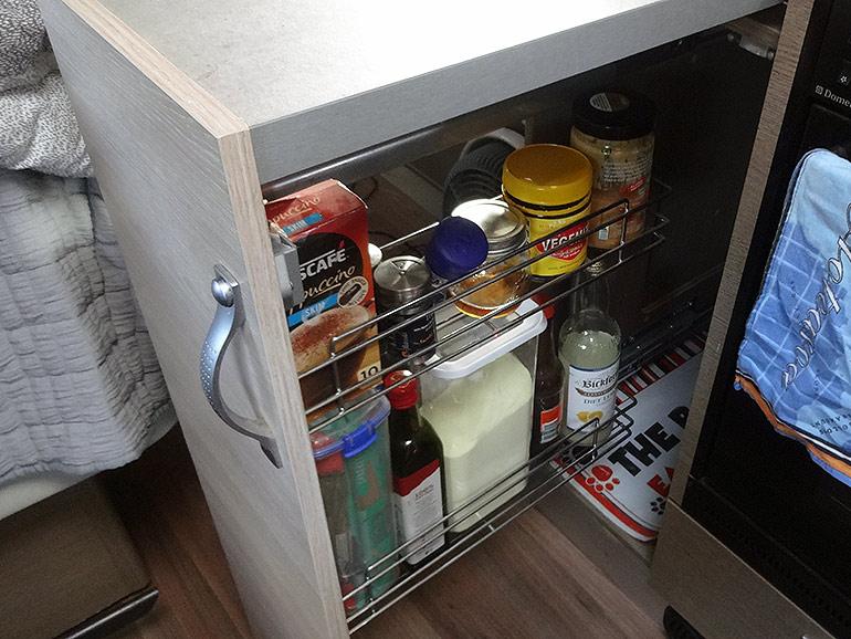キッチン下のパントリー