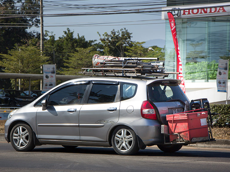 ヒッチキャリアに荷物を積んだ車