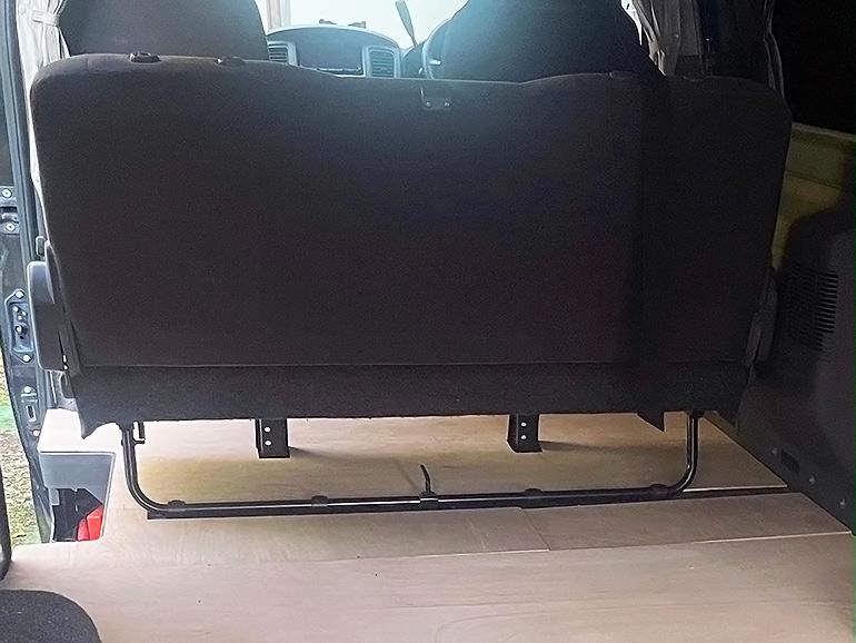 後部座席の後脚