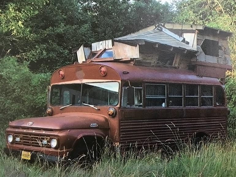 スクールバスの家